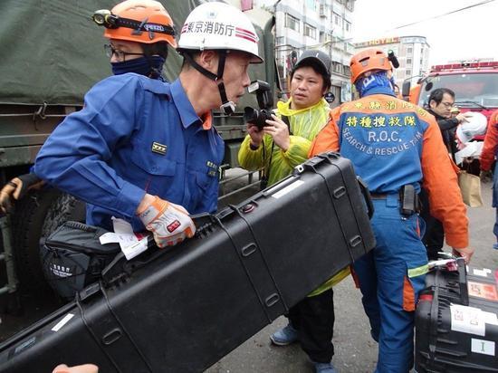 日本搜救队带来的生命探测仪这次备受瞩目。(图片来源:台湾《联合报》)