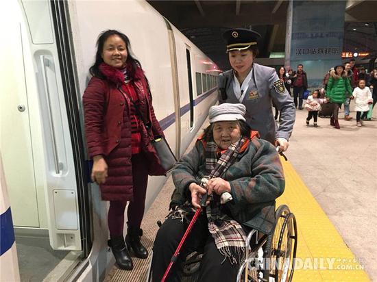 在武汉客运段,夫妻列车长有200多对,陈刚和肖三英只是他们中的一个缩影。摄影 苏杭
