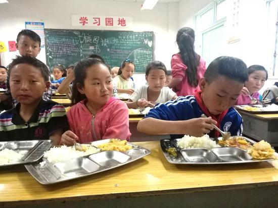 """""""悬崖村""""小学的学生吃上营养餐(阿克鸠射 摄)"""