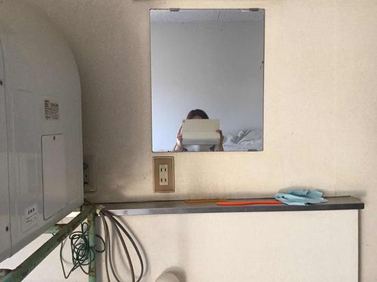 发现摄像头的浴室内部,发现时摄像头就插在镜子下方的电源插座上。