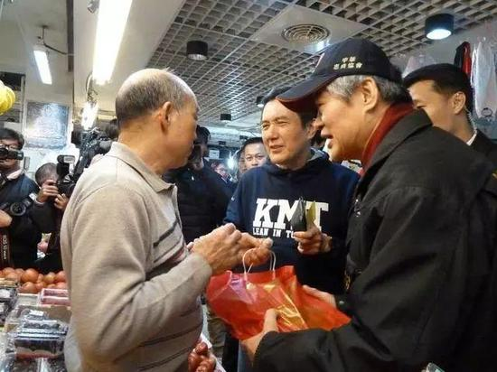 马英九买年货获民众热情簇拥回应。