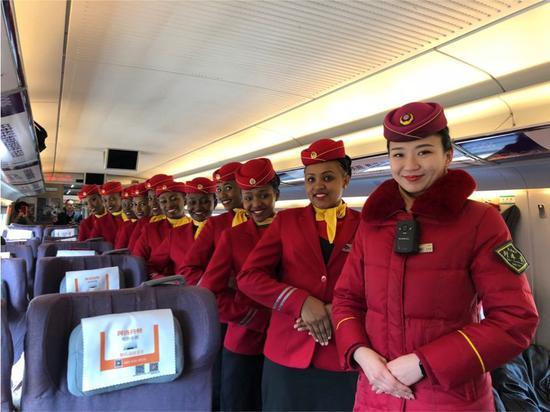 2018年2月8日,肯尼亚女乘务员同天津客运段列车长王祝君合影。(中国路桥供图)