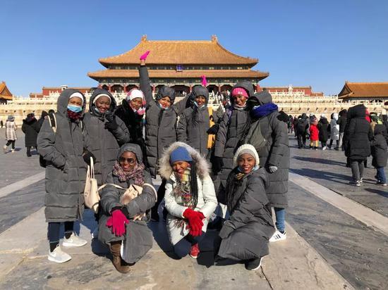 肯尼亚女乘务员参观北京故宫。