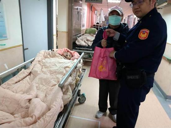 新店警分局警员前往医院探视张姓老翁(中时电子报图)