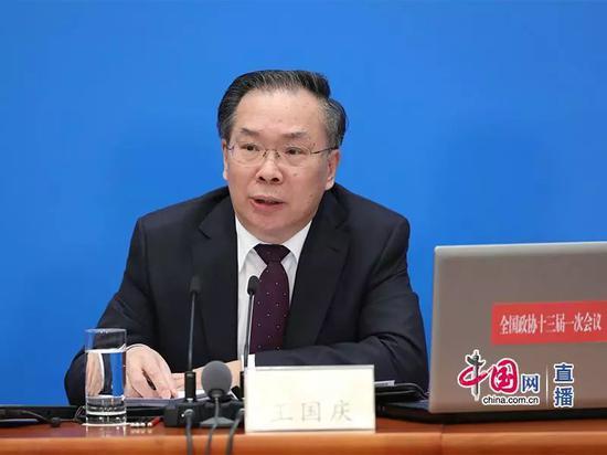 大会新闻发言人王国庆介绍本次大会情况并回答记者提问。中国网记者 董宁 摄