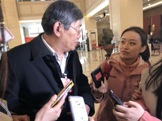 中财办副主任杨伟民接受证券时报记者采访