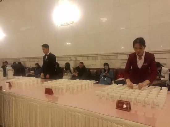 二楼三楼年夜厅供给茶水,记者能够在这里苏息或发稿。