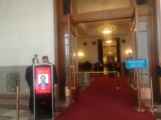 从左侧工作人员、记者通道进去,必须过安检,可以携带手机。