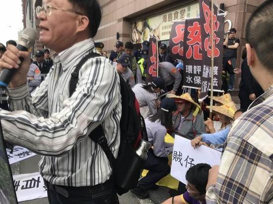 蔡英文出席中常会,许多阿公阿婆北上民进党中央前抗议,却传出侍卫长下令抬人。(图片来源:台湾《中时电子报》)
