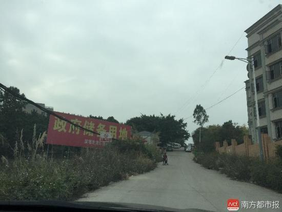"""天雷公司厂区所在地,路边已竖起""""政府储备用地""""的牌子。"""