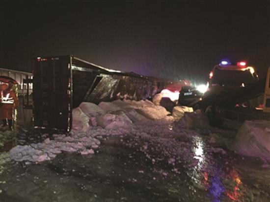 货车侧翻后又压住了两辆轿车。 扬子晚报 资料图