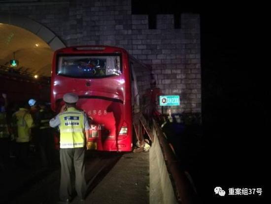 ▲车辆碰撞隧道口情况。