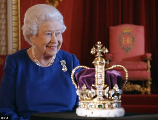 英国女王伊丽莎白二世与圣爱德华王冠合体。(图片来源:《每日邮报》)