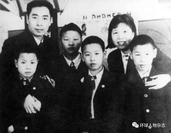 1940年周恩来在莫斯科治疗臂伤时,与邓颖超一起到国际儿童院看望烈士子女。