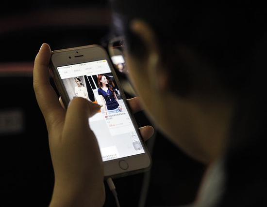 ▲正在使用手机购物的消费者 图据视觉中国