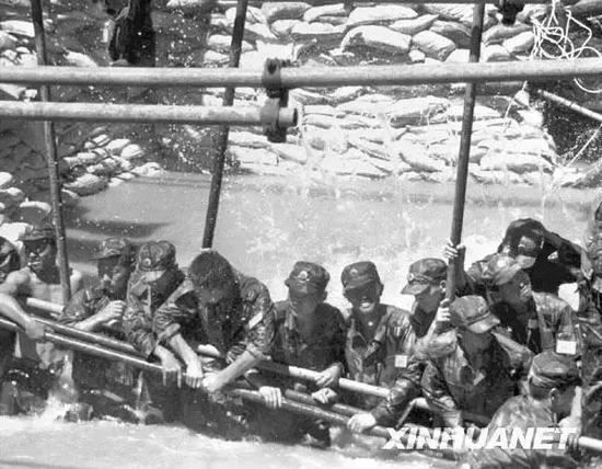 战士在长江大堤决口处用人堤堵住决口