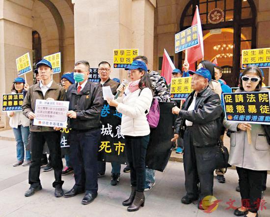 终审法院派代表(前排左二)接收请愿信。(图源:香港文汇报)