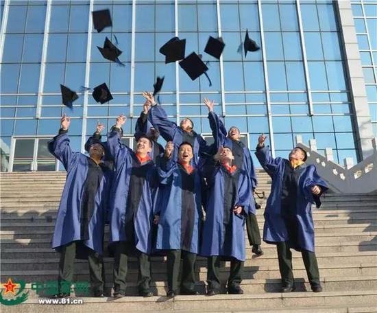 学员欢庆毕业