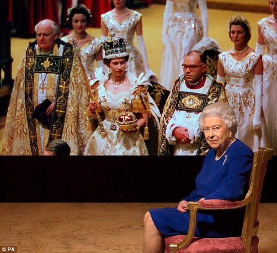 英国女王伊丽莎白二世参加BBC节目的录制。(图片来源:《每日邮报》)