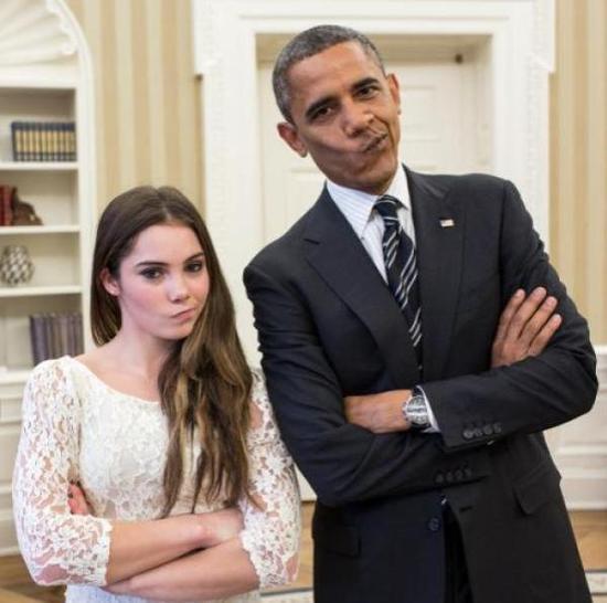 """马罗尼(左)外号""""不爽姐""""。拜会白宫时,她曾和奥巴马一起摆出经典造型。"""
