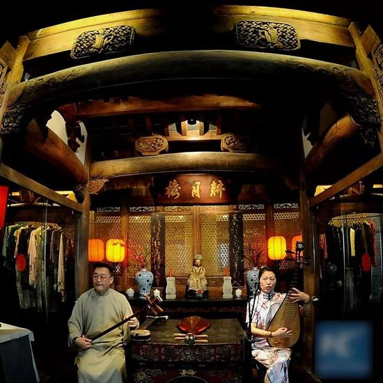 ▲在一家中国传统餐馆内,艺术家正在表演评弹。