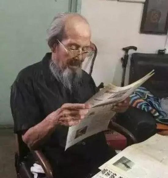 叶平易近老师在家读报旧影