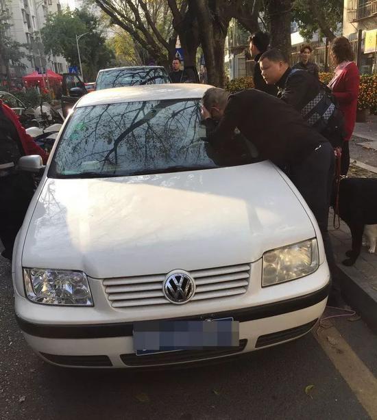 深圳6岁女童被困车内 警察救人反遭家长投诉(图)