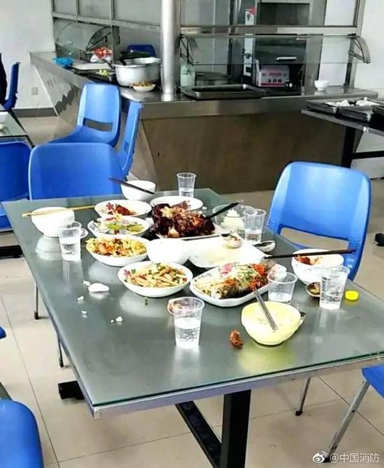看完你或许要问:大过年的,谁家年夜饭这么浪费?