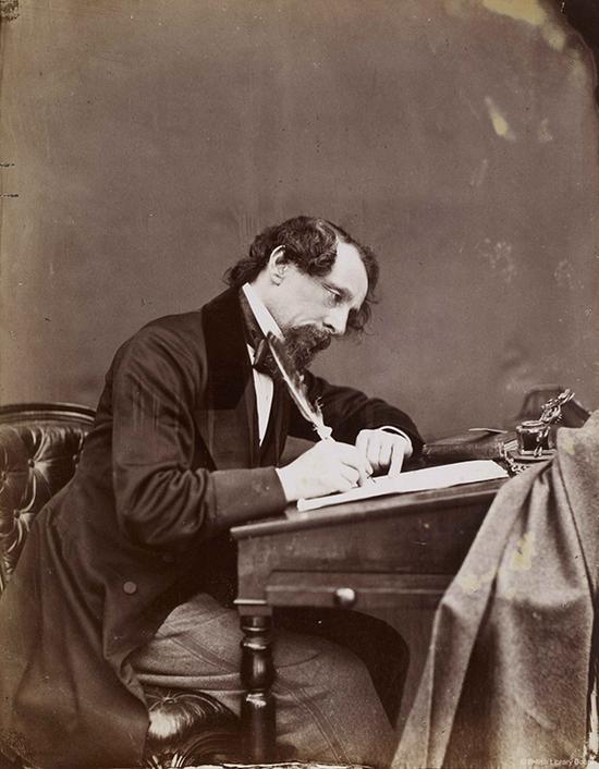 查尔斯·狄更斯在书桌前,图片选自《查尔斯 狄更斯的一生》,约翰•福斯特著,(伦敦:查普曼与霍尔出版公司,1872-74年)。大英图书馆藏:Dex.316。, f 129 图片来源:© British Library Board