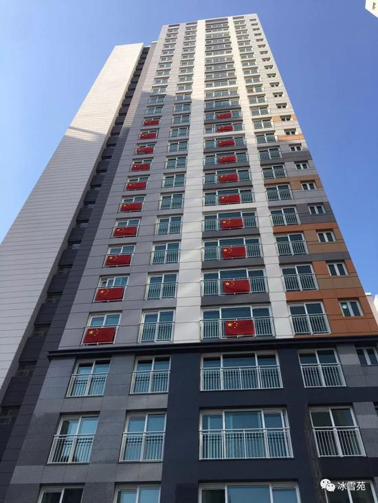 ▲中国代表团团部和运动员们住的805号楼已经挂满国旗。