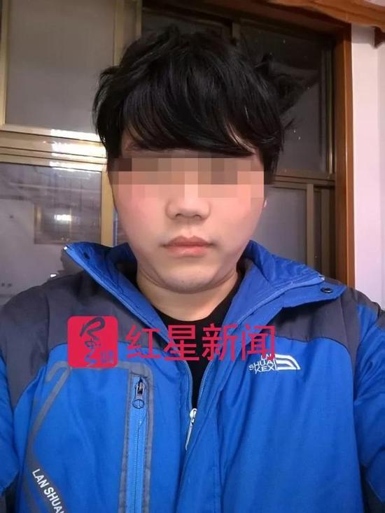 ▲韩晓斌(化名)近日在家中的自拍照  受访者供图