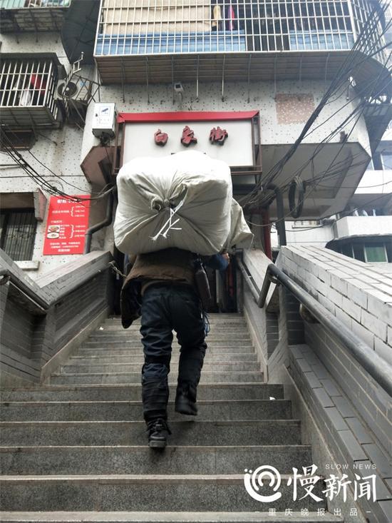 △居民背大包货物爬楼