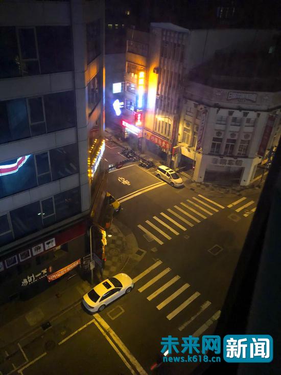 凌晨3时许,小安住处的楼下的大街,人群已散开。受访者提供。