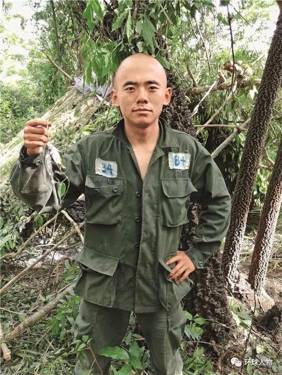 """何龙在委内瑞拉""""猎人学校""""期间进行了多项严格的训练。"""