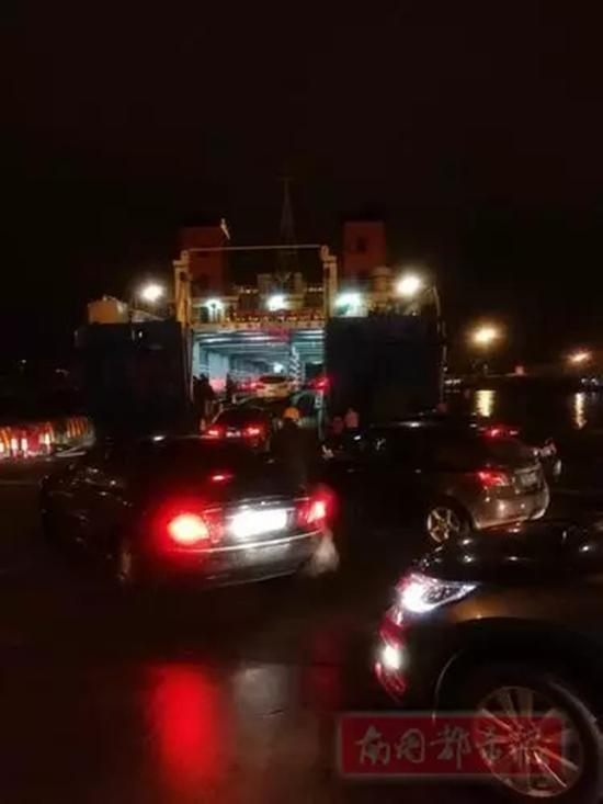 23日凌晨,秀英港一泊位轮渡正在装载。 南国都市报 图