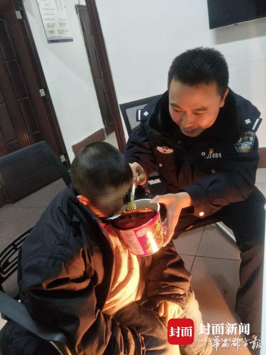民警将孩子带回派出所照顾。