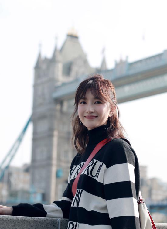 """2017年10月,江疏影作为英国""""灵动青春""""形象大使,重返英国。"""