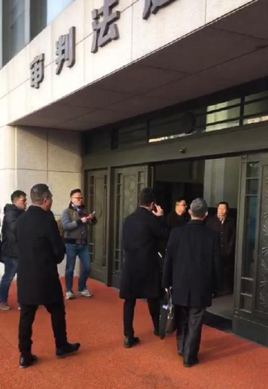 受害人家眷林生斌(打德律风者)携状师进入法庭。 磅礴消息记者 葛熔金 图