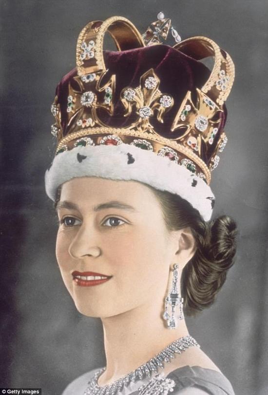1953年,头戴圣爱德华王冠的女王加冕照。(图片来源:《每日邮报》)