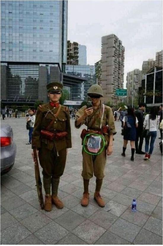 """2015年成都漫展上,几名""""精日""""军服迷身着旧日军军服入场,右起第一人疑似为唐某。"""