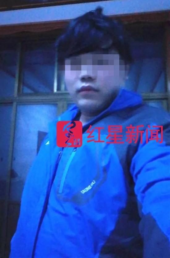 ▲韩晓斌(化名)在家中的自拍照  受访者供图