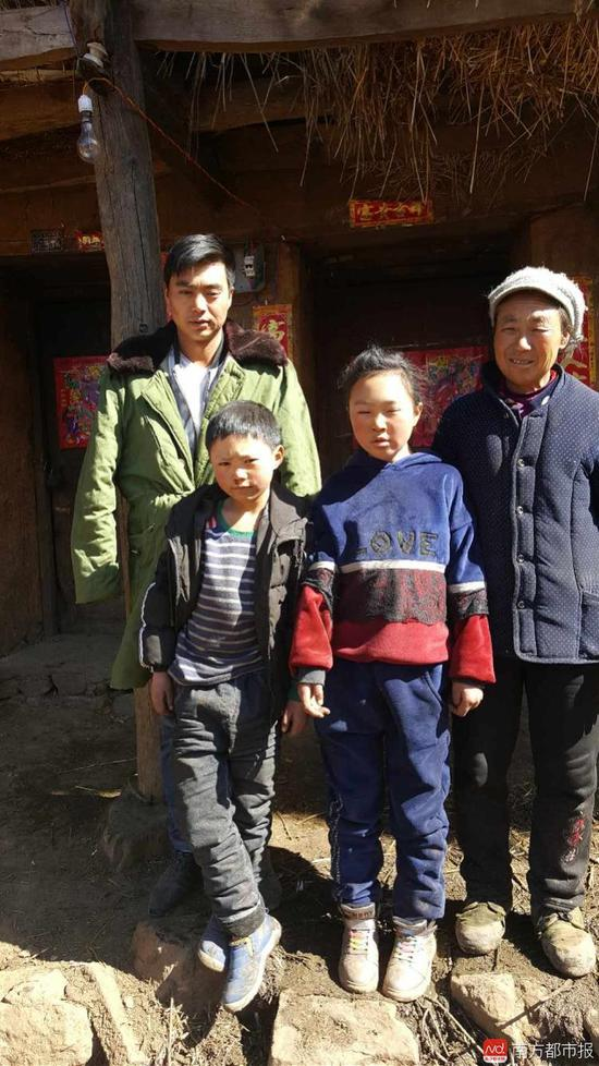 8岁的王福满和家人。