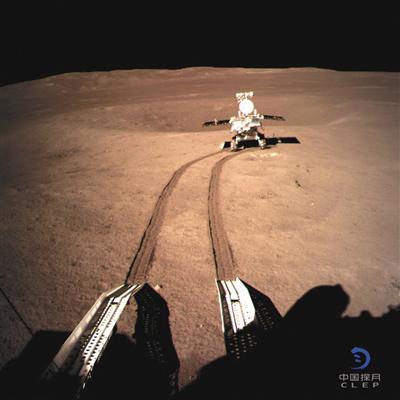 1月4日,嫦娥四号着陆器地形地貌相机拍摄的玉兔二号影像图。
