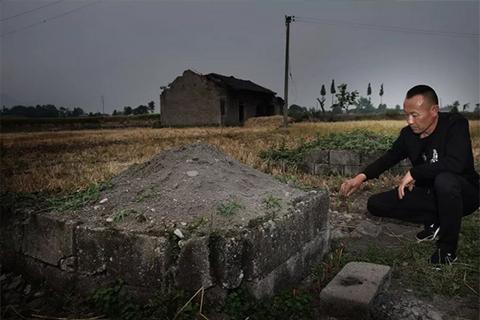 ▲2018年5月1日,四川省绵竹市兴隆镇广平村,吴加芳在亡妻的坟前,向妻子默念说话,他经常如此。新京报记者 尹亚飞 摄