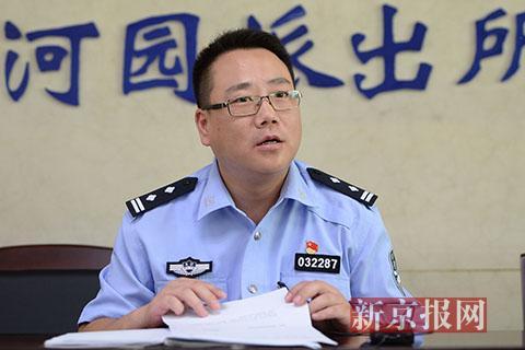 事发当天带队出警的香河园派出所副所长杨波讲述事发经过。新京报记者 吴江 摄