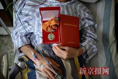 17岁的河北人张先生获得《北京市见义勇为人员证书》,目前他正在煤炭总医院养伤。