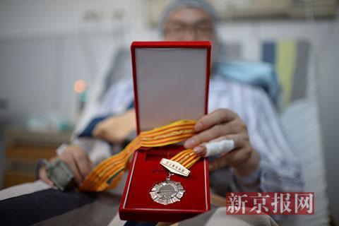 28岁的福建人蔡先生获得《北京市见义勇为人员证书》,目前蔡先生还在煤炭总医院治疗康复。