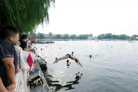 北京野泳困局:无专属泳域致一年十余人溺亡