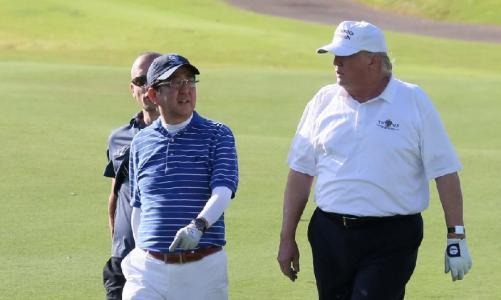 资料图:安倍与特朗普打高尔夫