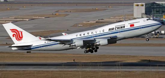 ▲B-2447是一架波音747-400客机,长70.66米,翼展64.44米,高19.4米,航程13490公里,国航版载客350人左右。